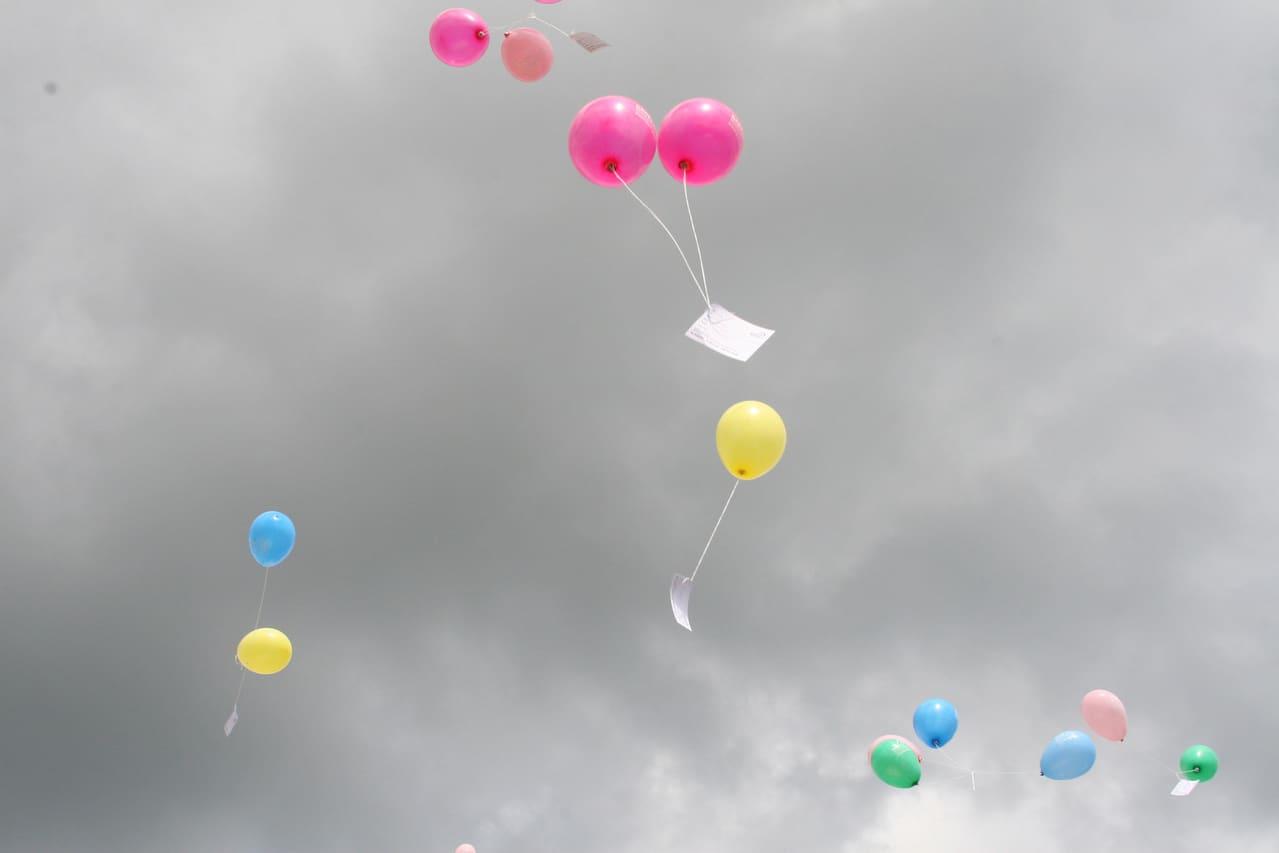 Ballonnen in de lucht hoort bij blog